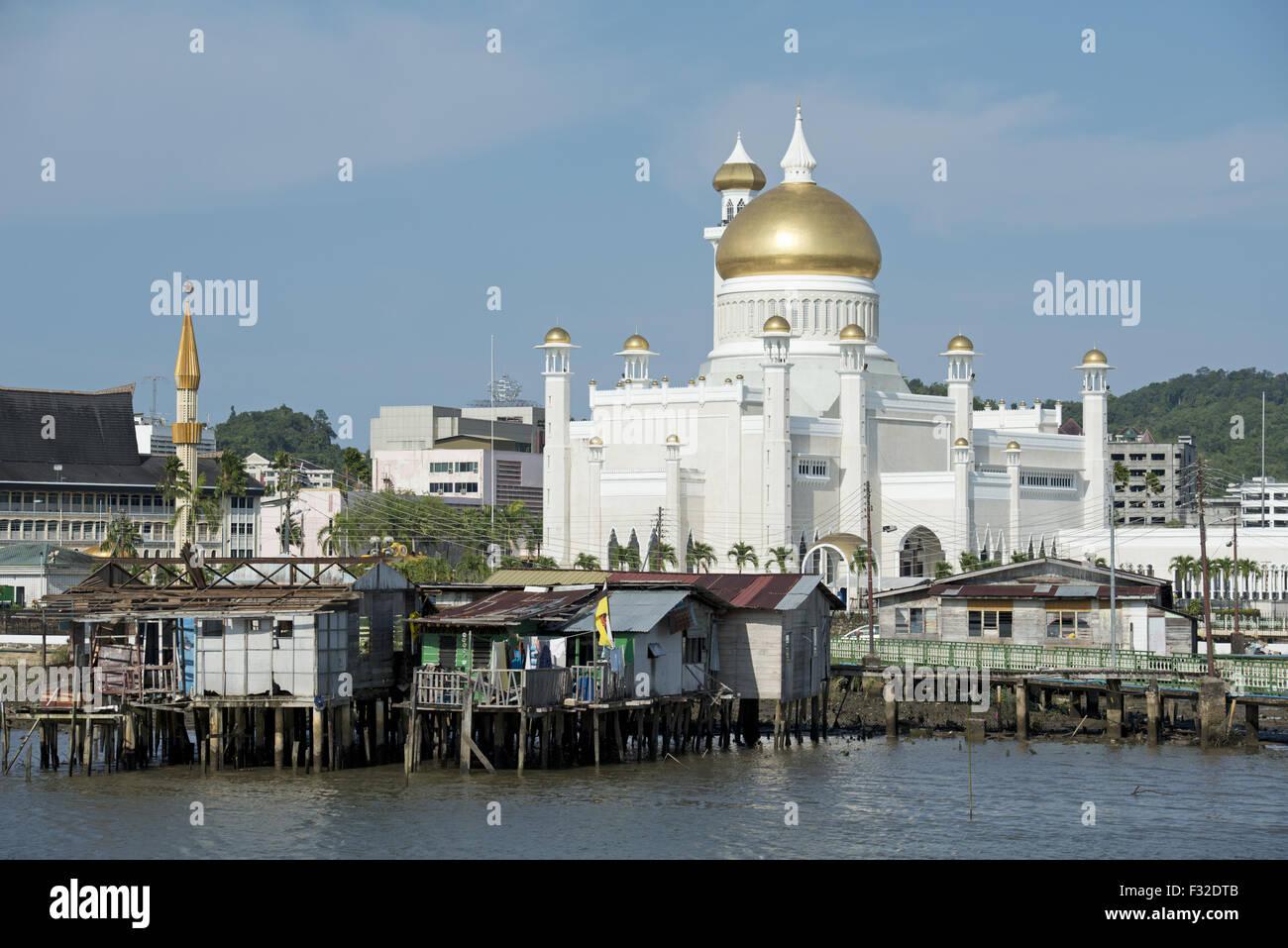 Vista verso la moschea in baracche su palafitte in fiume, Sultan Moschea di Omar Ali Saifuddien, acqua Village (Kampong Immagini Stock