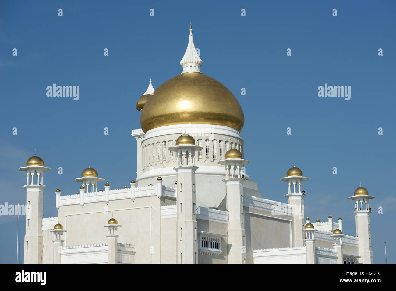 Vista della Moschea con cupola in oro e marmo minerets, Sultan Moschea di Omar Ali Saifuddien Bandar Seri Begawan, Immagini Stock
