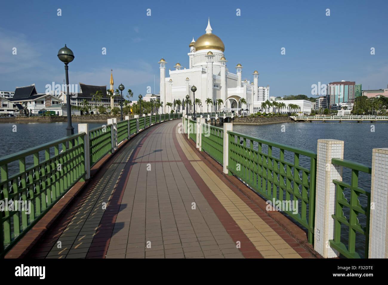 Vista della passerella su laguna artificiale verso la moschea con cupola in oro e marmo minerets, Sultan Moschea Immagini Stock