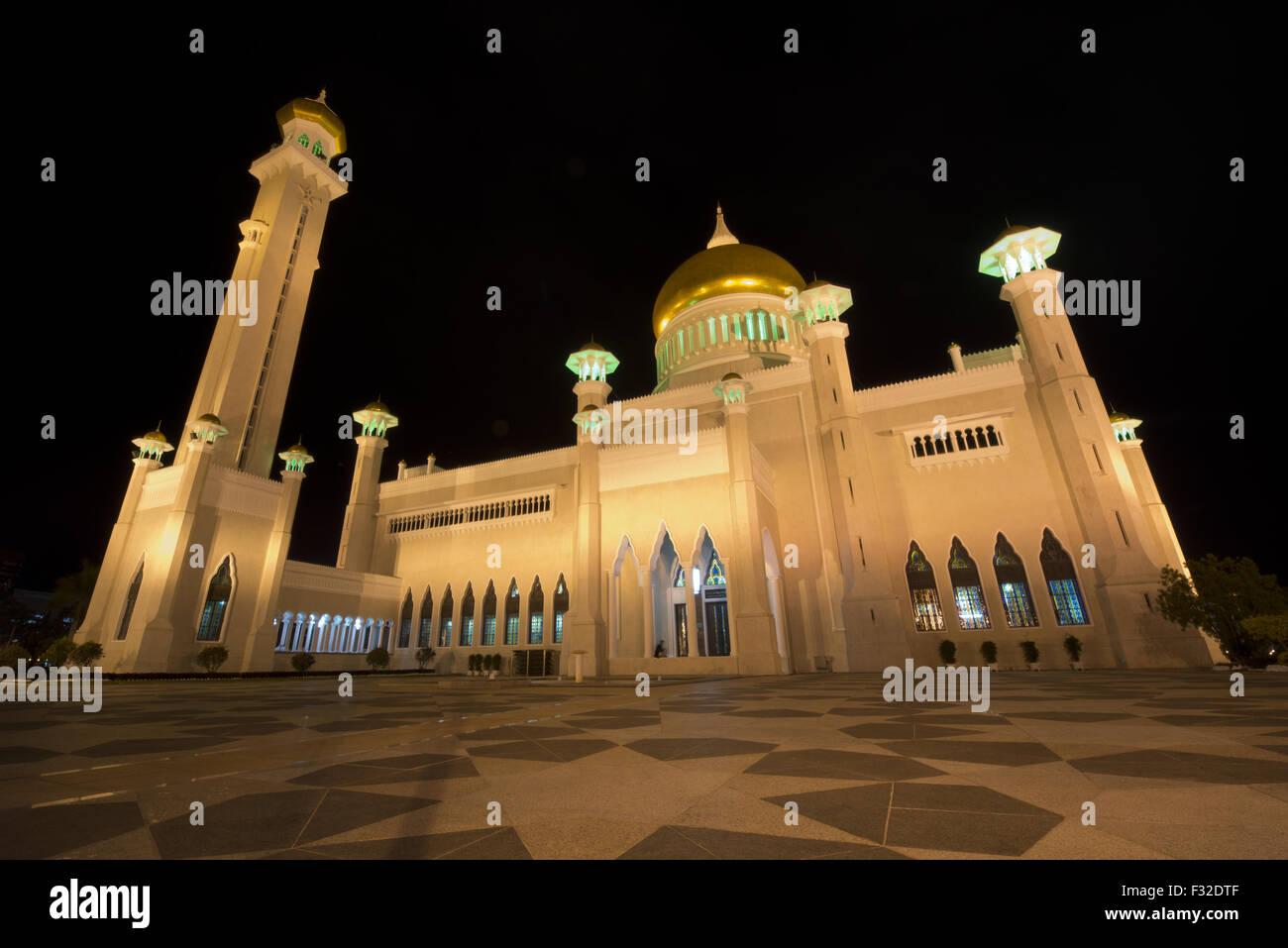 Vista della Moschea con cupola in oro e marmo minerets illuminata di notte, Sultan Moschea di Omar Ali Saifuddien Immagini Stock
