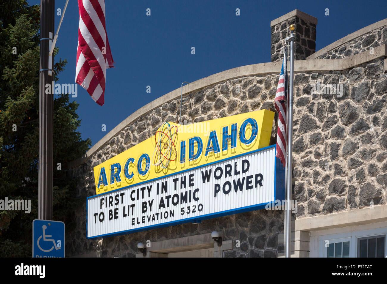Arco, Idaho - un segno commemora il 17 luglio 1955 quando Arco divenne la prima città ad essere alimentata Immagini Stock