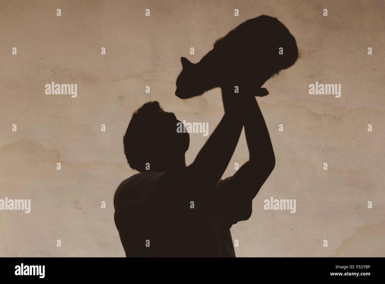 Vecchia foto ragazzo con un gatto di ombre Immagini Stock