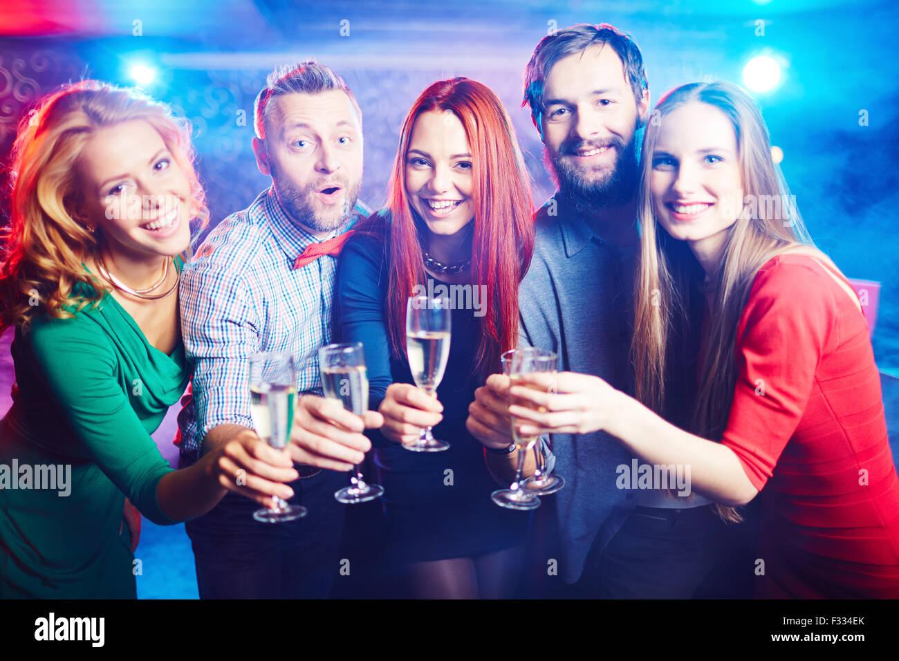 Gruppo di amici estatica avente parte nel night club Immagini Stock
