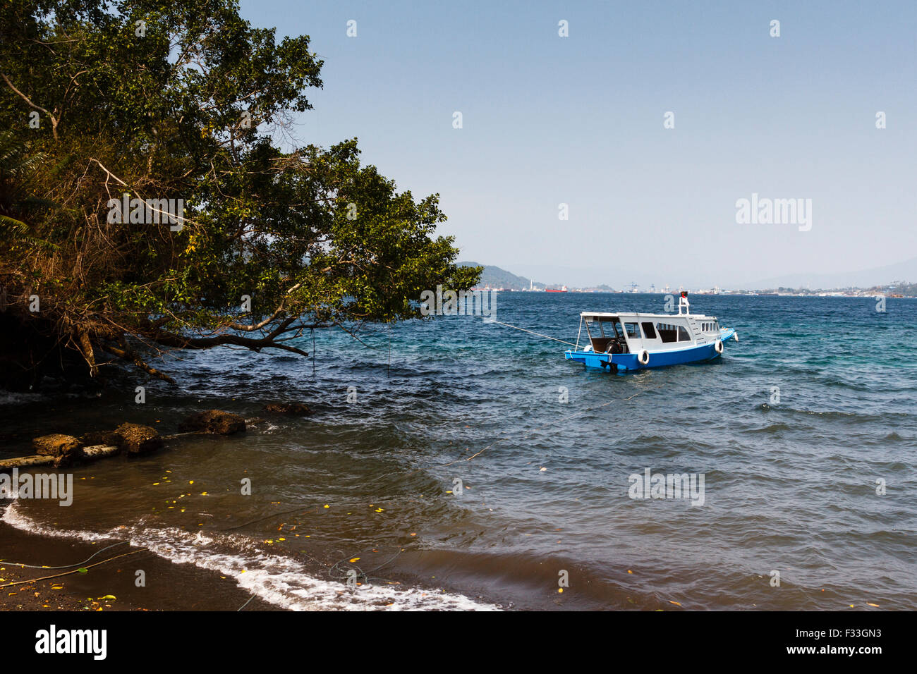 Barca in acqua a Lembeh strait, Nord Sulawesi, Indonesia Immagini Stock