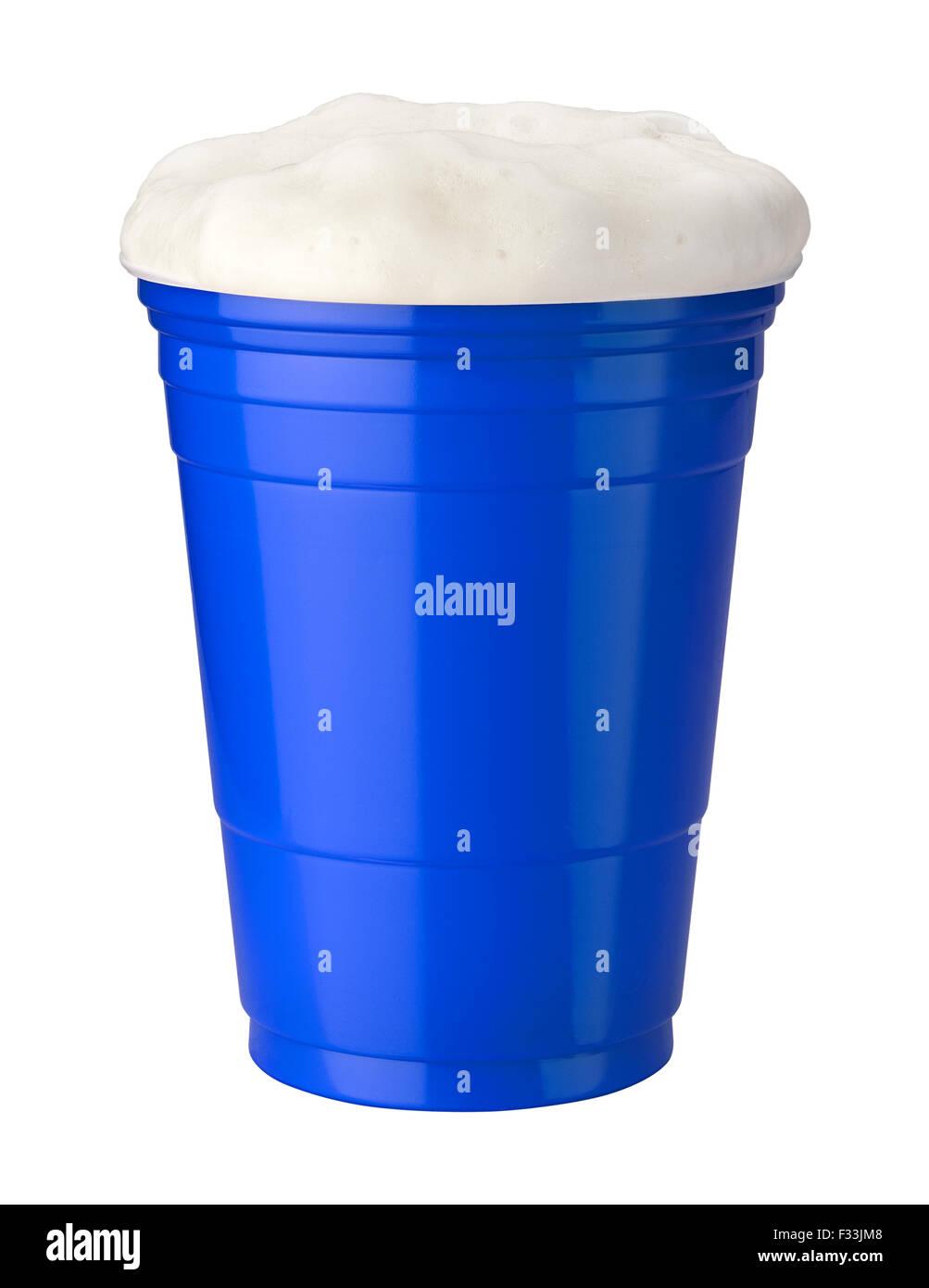 La birra in un blu tazza in plastica isolato su bianco Immagini Stock