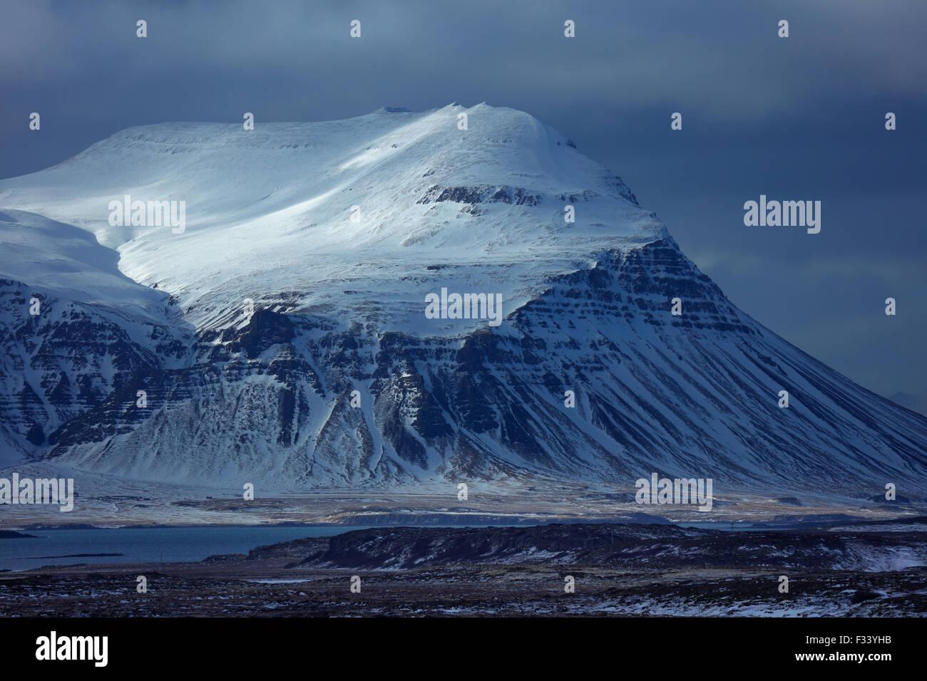 Snowclad Bjarnarhafnarfjalll, Penisola Snaefellsness, Islanda Immagini Stock