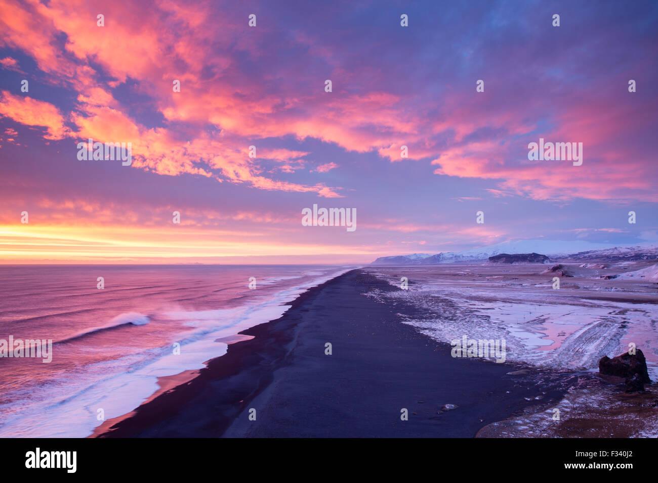 La spiaggia guardando ad ovest da Dyrhólaey al crepuscolo, Islanda Immagini Stock