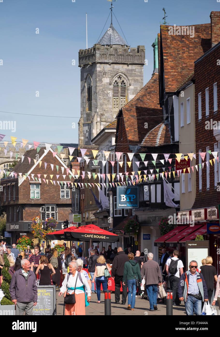 Gli amanti dello shopping in Salisbury High Street, Salisbury, Wiltshire, Regno Unito Immagini Stock