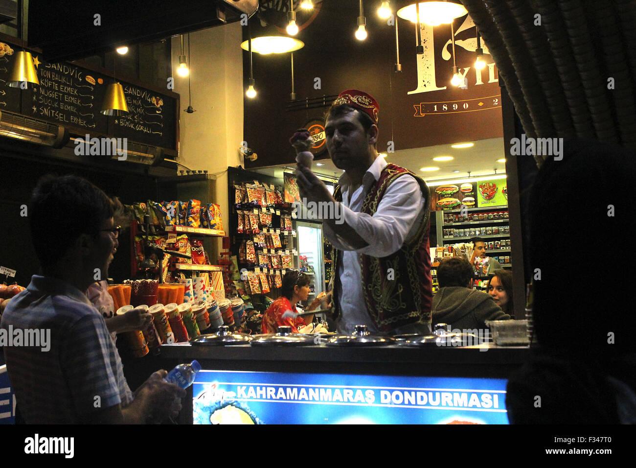Istanbul, Turchia - 14 Settembre 2015: Turco venditore vendita di gelato per un uomo sulla strada a Istiklal Caddesi Immagini Stock