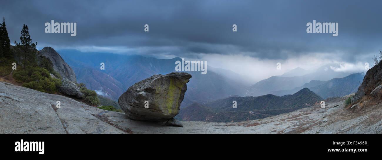 Hanging Rock e la valle Kaweah, Sequoia National Park, California, Stati Uniti d'America Immagini Stock