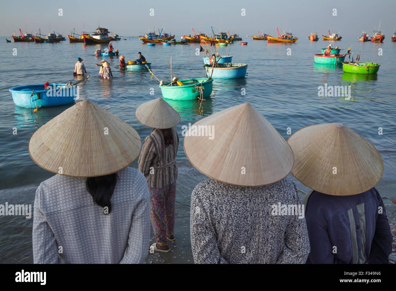 Onorevoli colleghe in attesa di sbarco delle catture, Mui Ne villaggio di pescatori, Bình Thuận Provincia, Immagini Stock