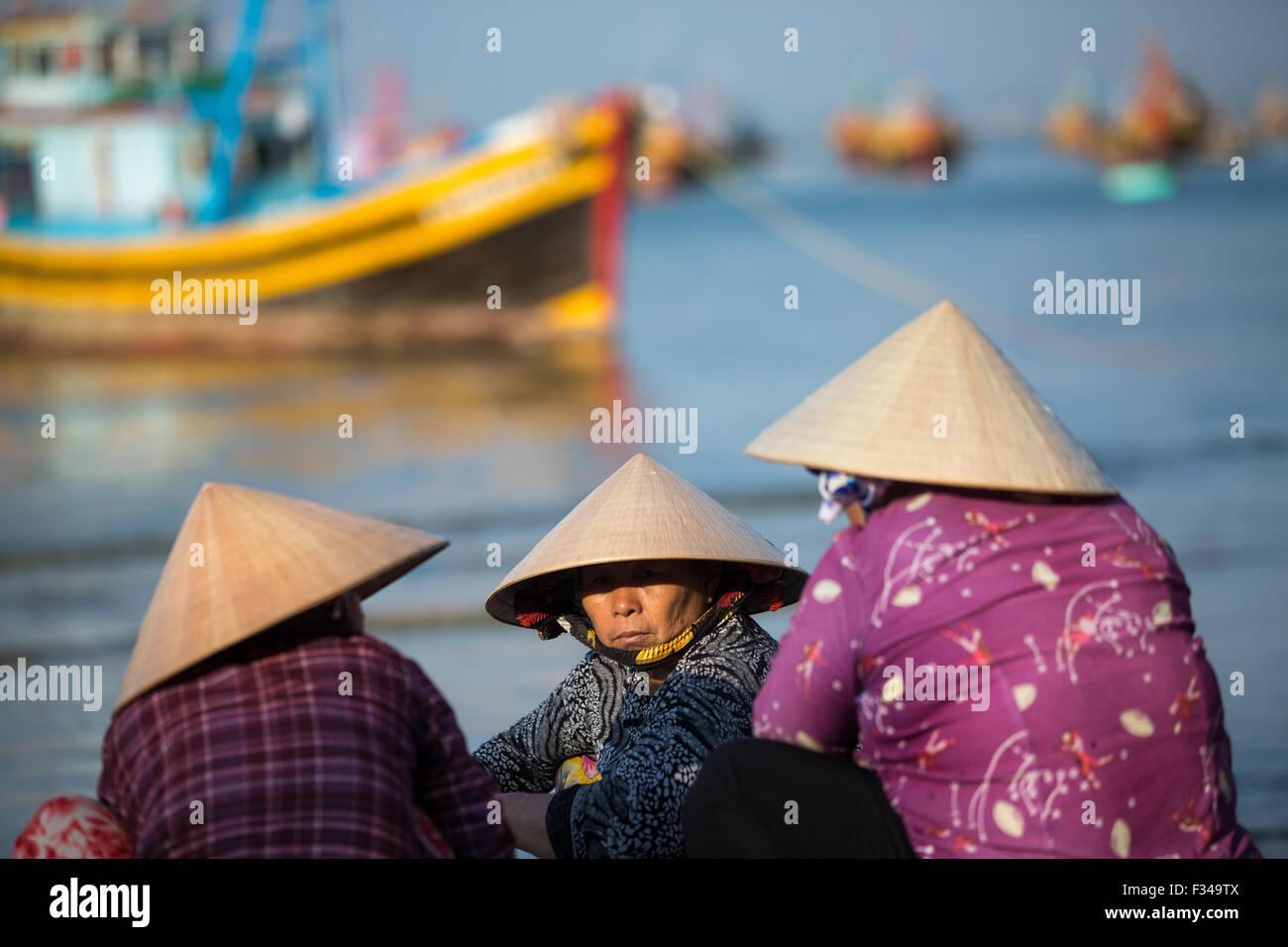 Onorevoli de-sgusciatura di pesce, Mui Ne villaggio di pescatori, Bình Thuận Provincia, Vietnam Immagini Stock