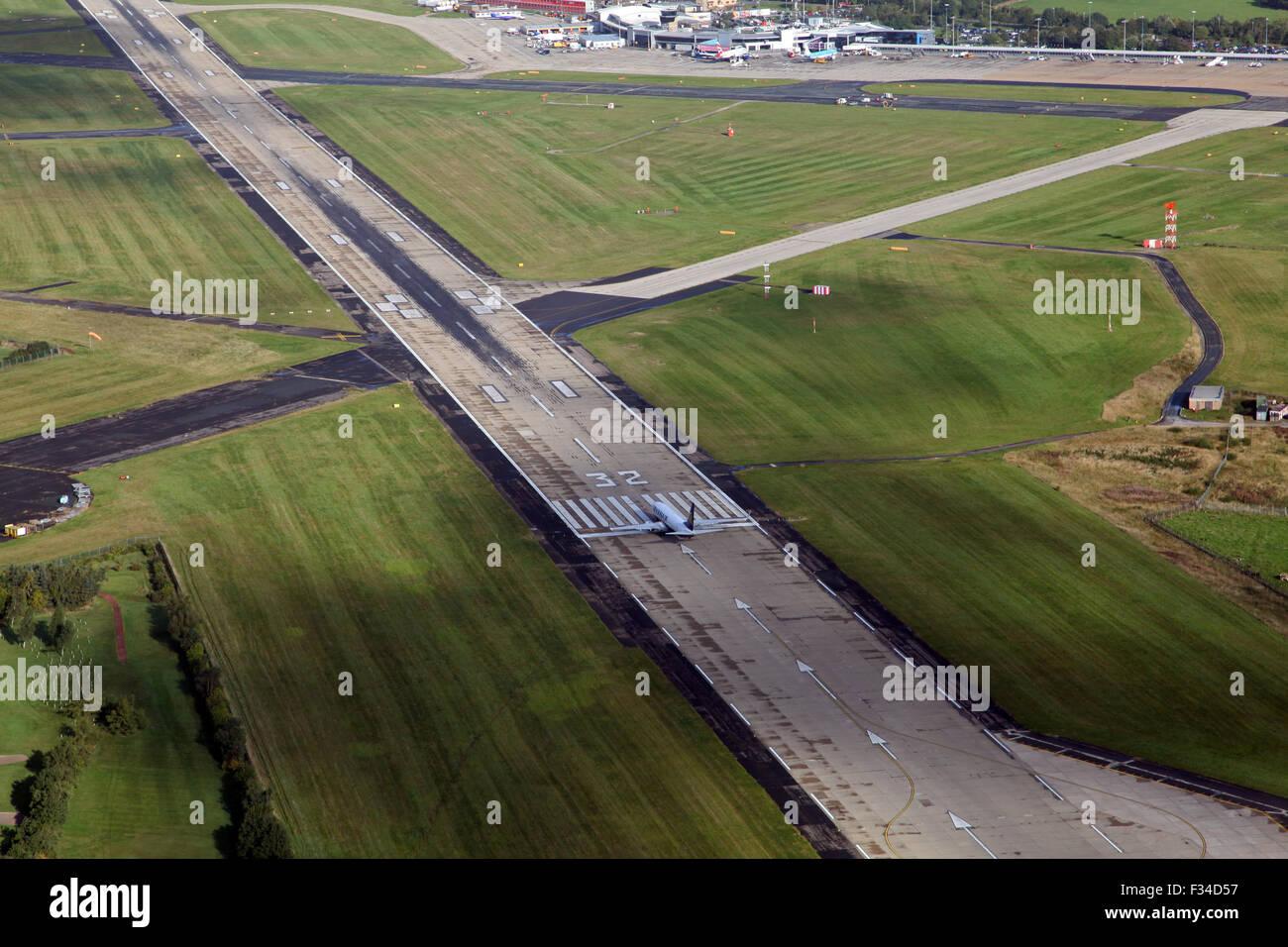 Vista aerea di un getto di RyanAir decollo dall'Aeroporto Internazionale di Leeds Bradford, Regno Unito Immagini Stock