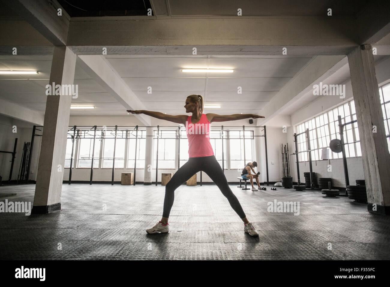 Montare la donna facendo esercizio di stretching Immagini Stock