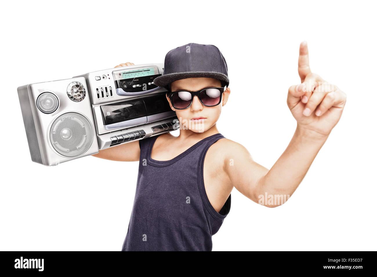 Il rapper Junior portando un ghetto blaster e gesticolando con la sua mano isolati  su sfondo 109dfd712c31