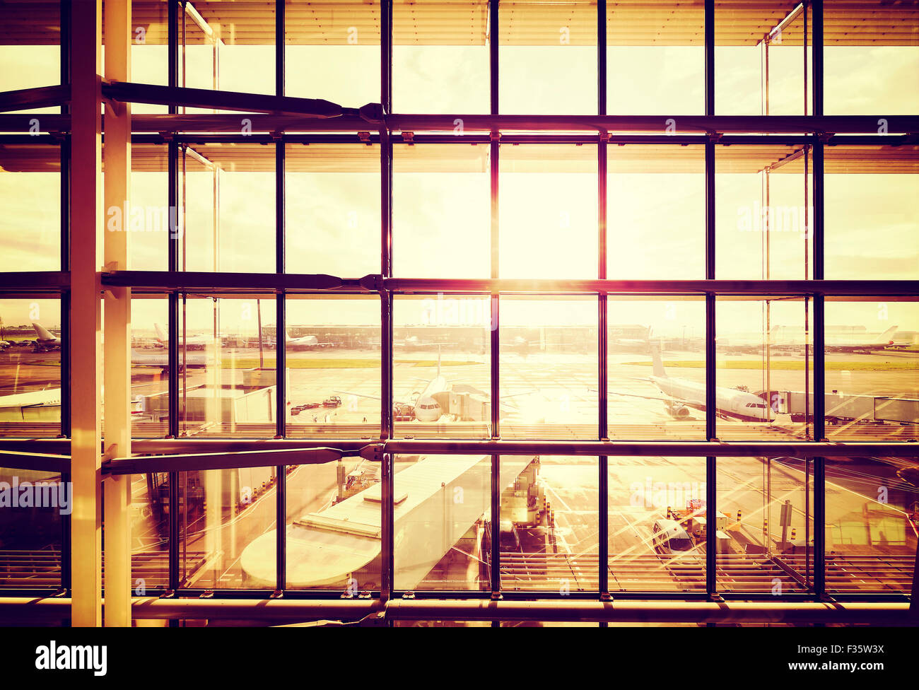 Vintage immagine filtrata di un aeroporto, trasporto e business travel concept. Immagini Stock
