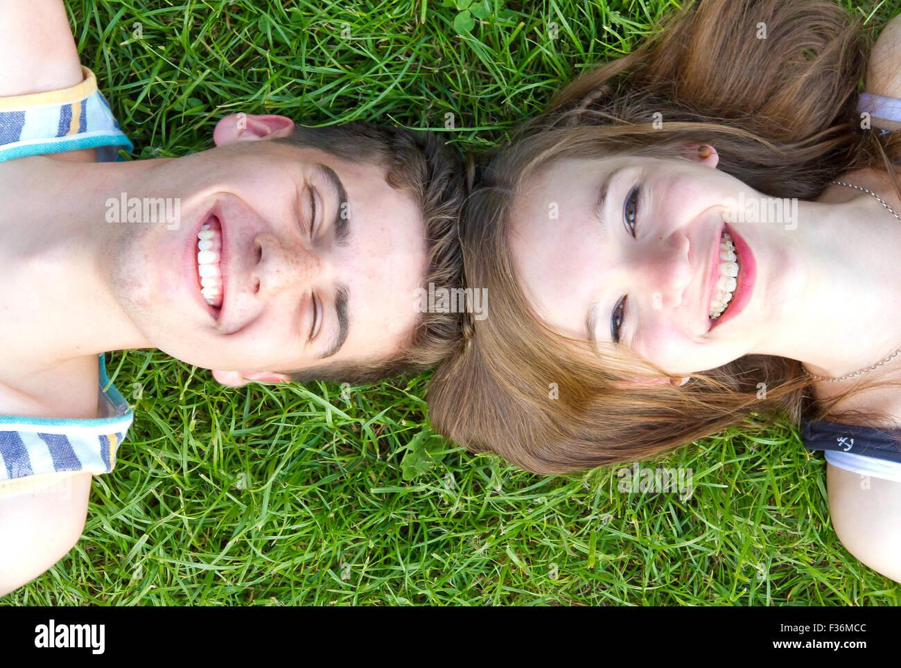 Felice, una giovane coppia in un prato Immagini Stock