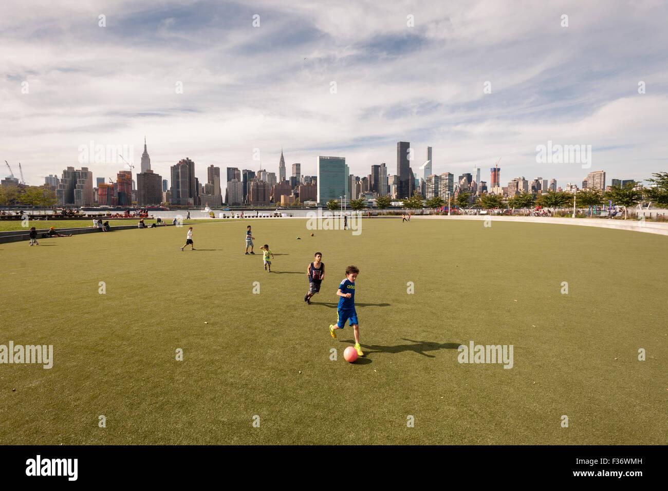 Campo di calcio lungo la East River in Hunter del punto parco Sud Western Queens nel quartiere della città Immagini Stock