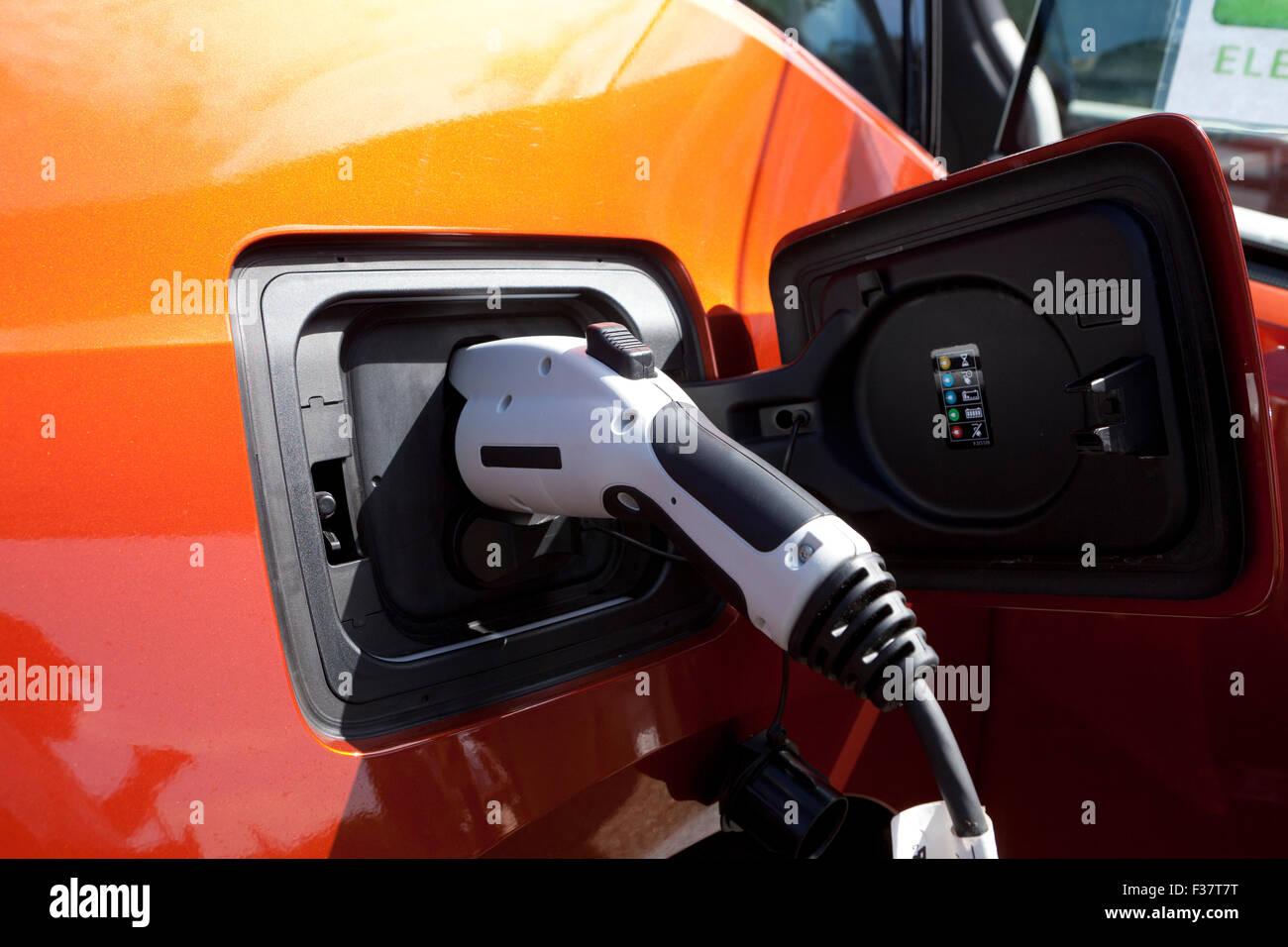 Auto elettrica in carica - USA Immagini Stock
