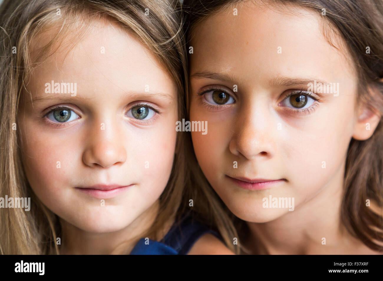 5 e 7 anno vecchio sorelle. Immagini Stock