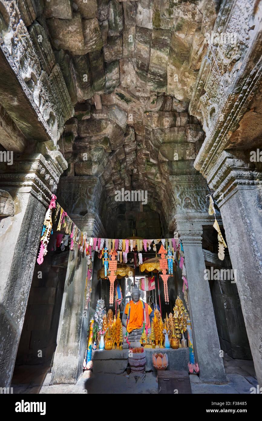 Piccolo altare con offerte in rovina il Banteay Kdei tempio. Parco Archeologico di Angkor, Siem Reap Provincia, Immagini Stock