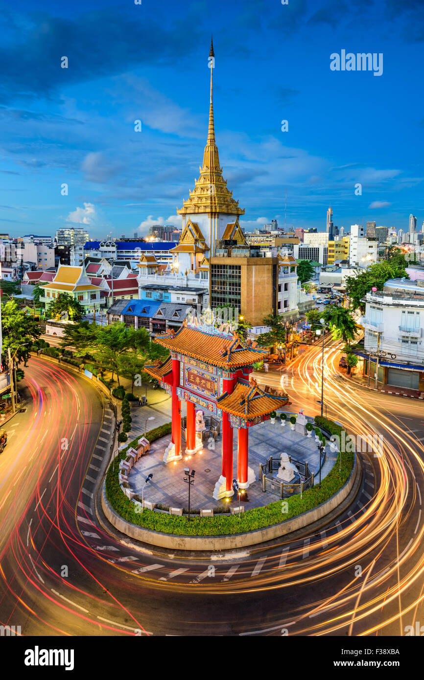 Bangkok, Tailandia a Chinatown il cerchio di traffico e Wat Traimit. Immagini Stock