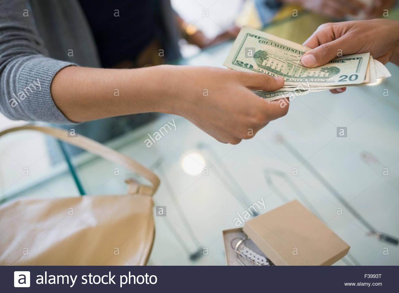 Donna di pagare in contanti presso il punto vendita Immagini Stock