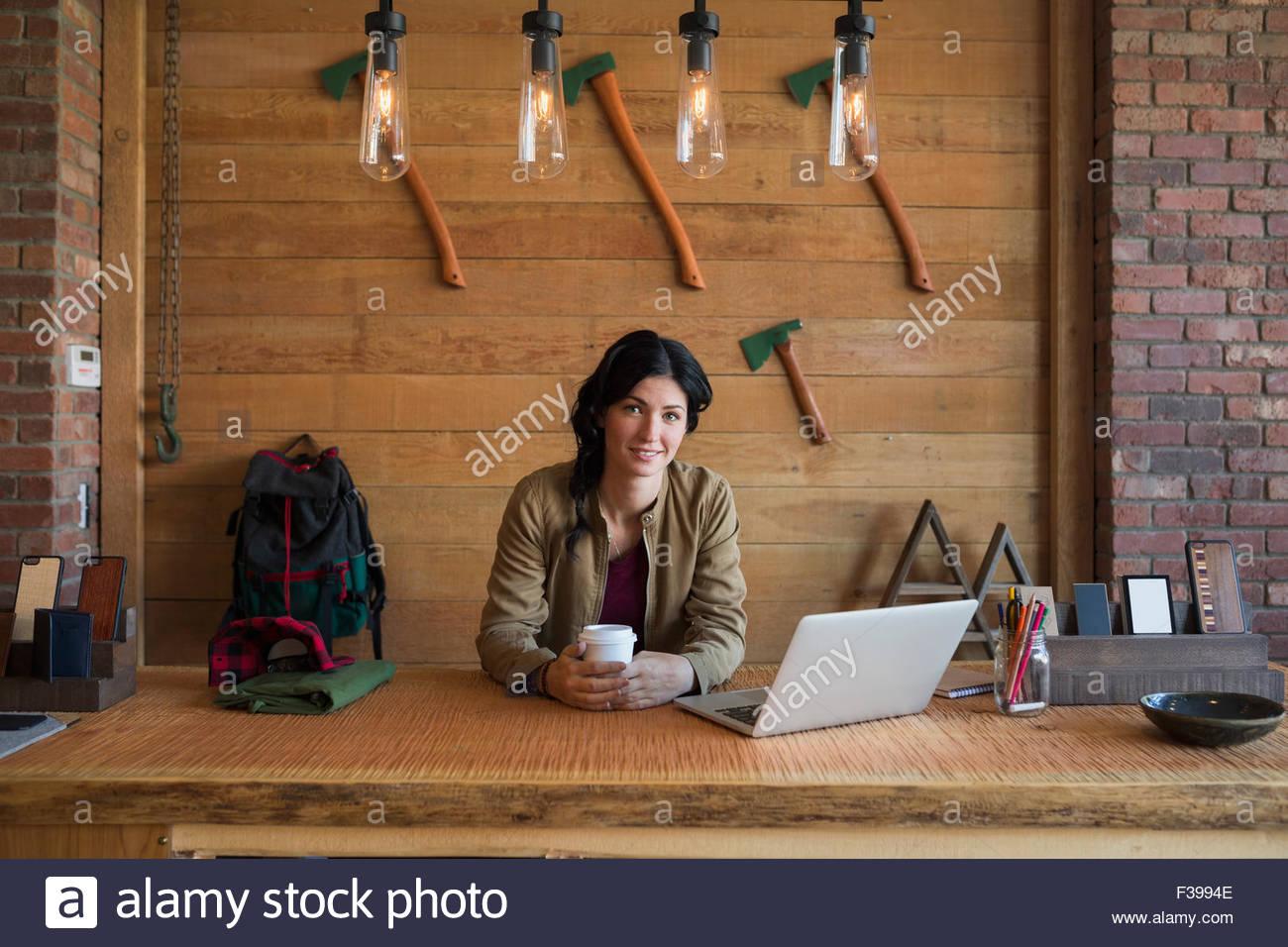 Ritratto titolare di azienda di bere il caffè shop counter Immagini Stock