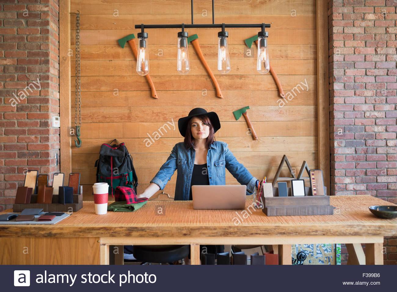 Ritratto fiducioso proprietario di affari dietro il bancone in negozio Immagini Stock