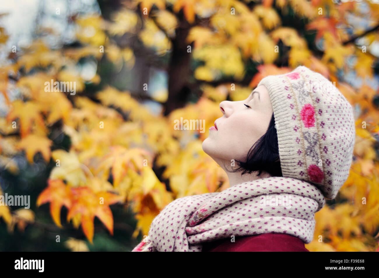 Donna godendo la vita ritratto gli occhi chiusi vista laterale Immagini Stock