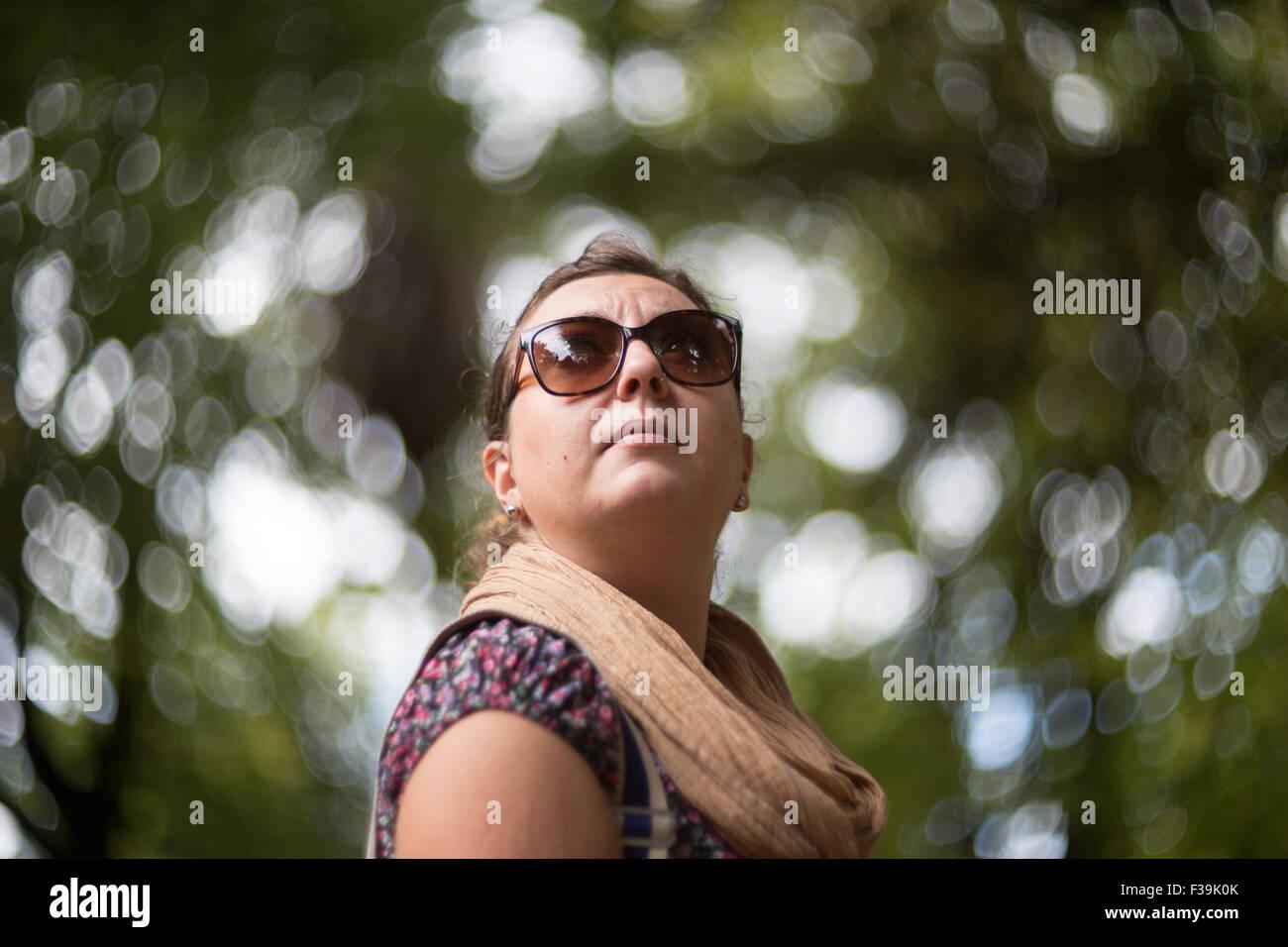 Ritratto di una metà donna adulta nel parco Immagini Stock