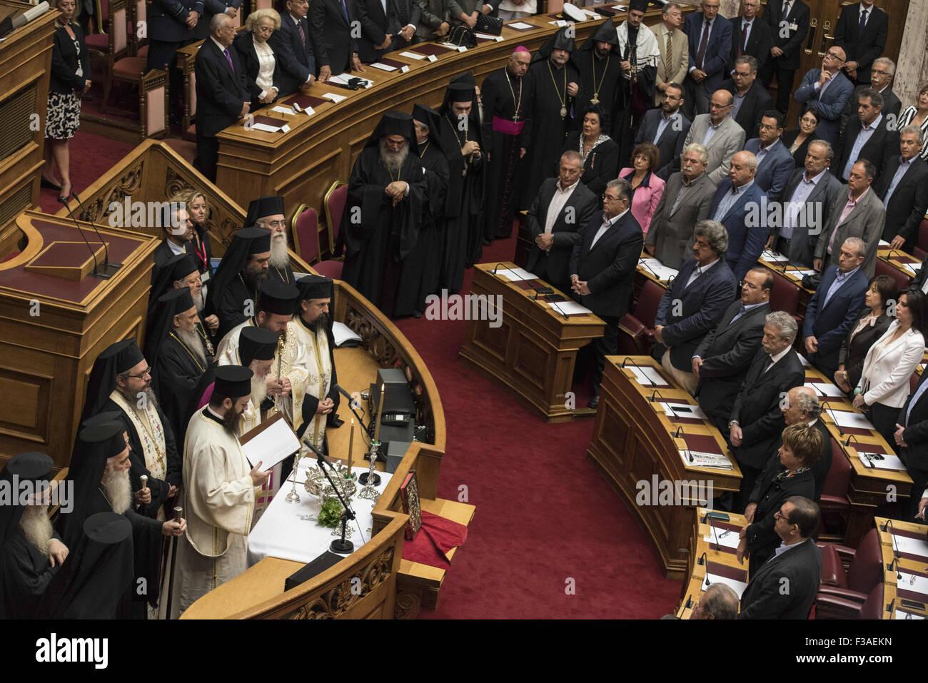 Atene, Grecia. 3° Ott, 2015. MPs prestare giuramento prima dell'arcivescovo di Grecia. Il nuovo Parlamento greco è stato giurato in secondo la procedura ufficiale dopo il xx settembre elezioni nazionali. Credito: Nikolas Georgiou/ZUMA filo/Alamy Live News Foto Stock