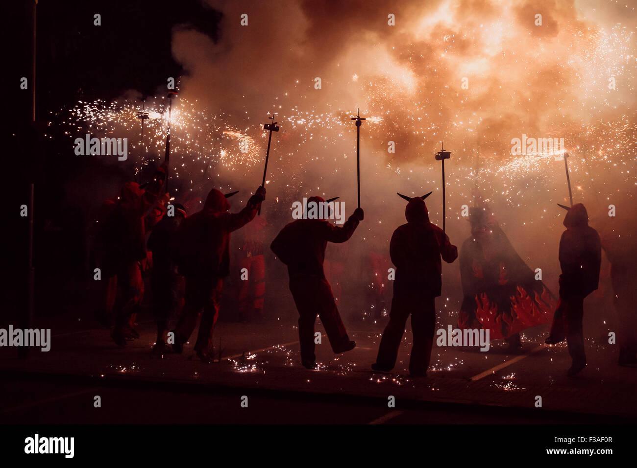 Ballare con il fuoco, tradizionale festa della Correfocs Immagini Stock