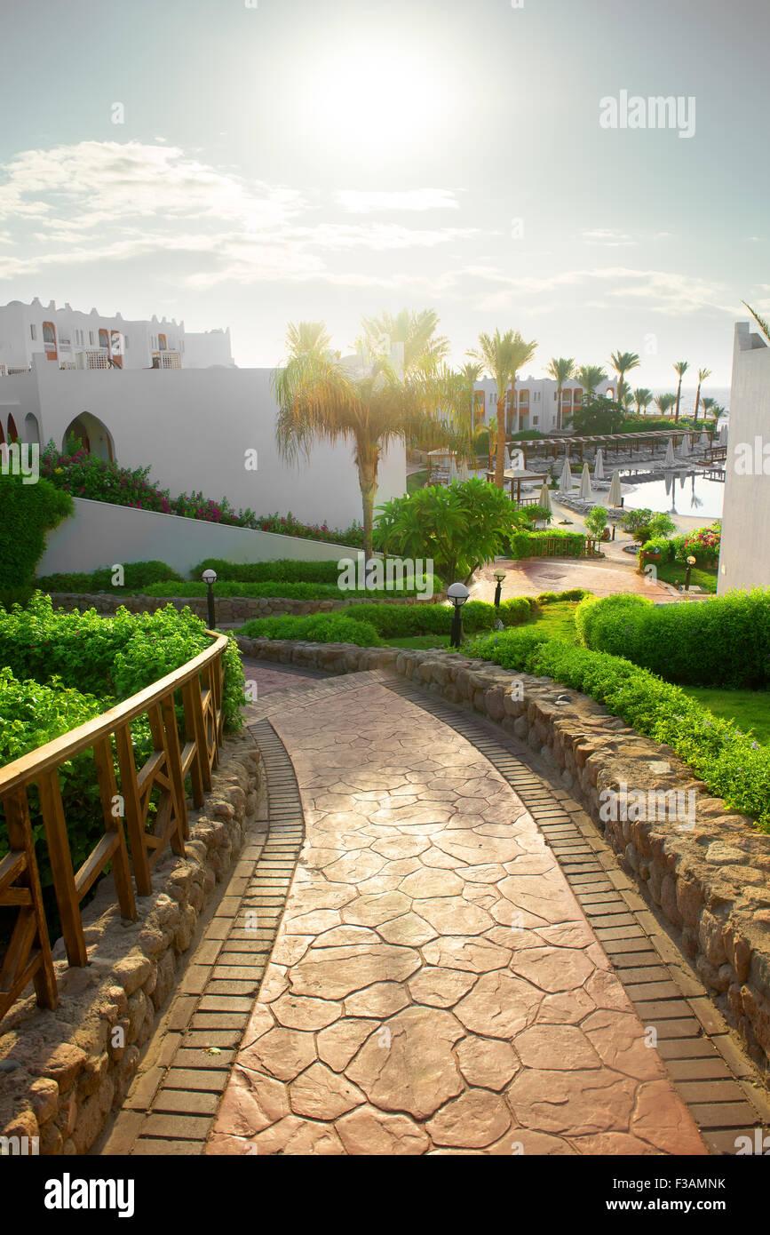 Strada per la piscina in hotel egiziano Immagini Stock