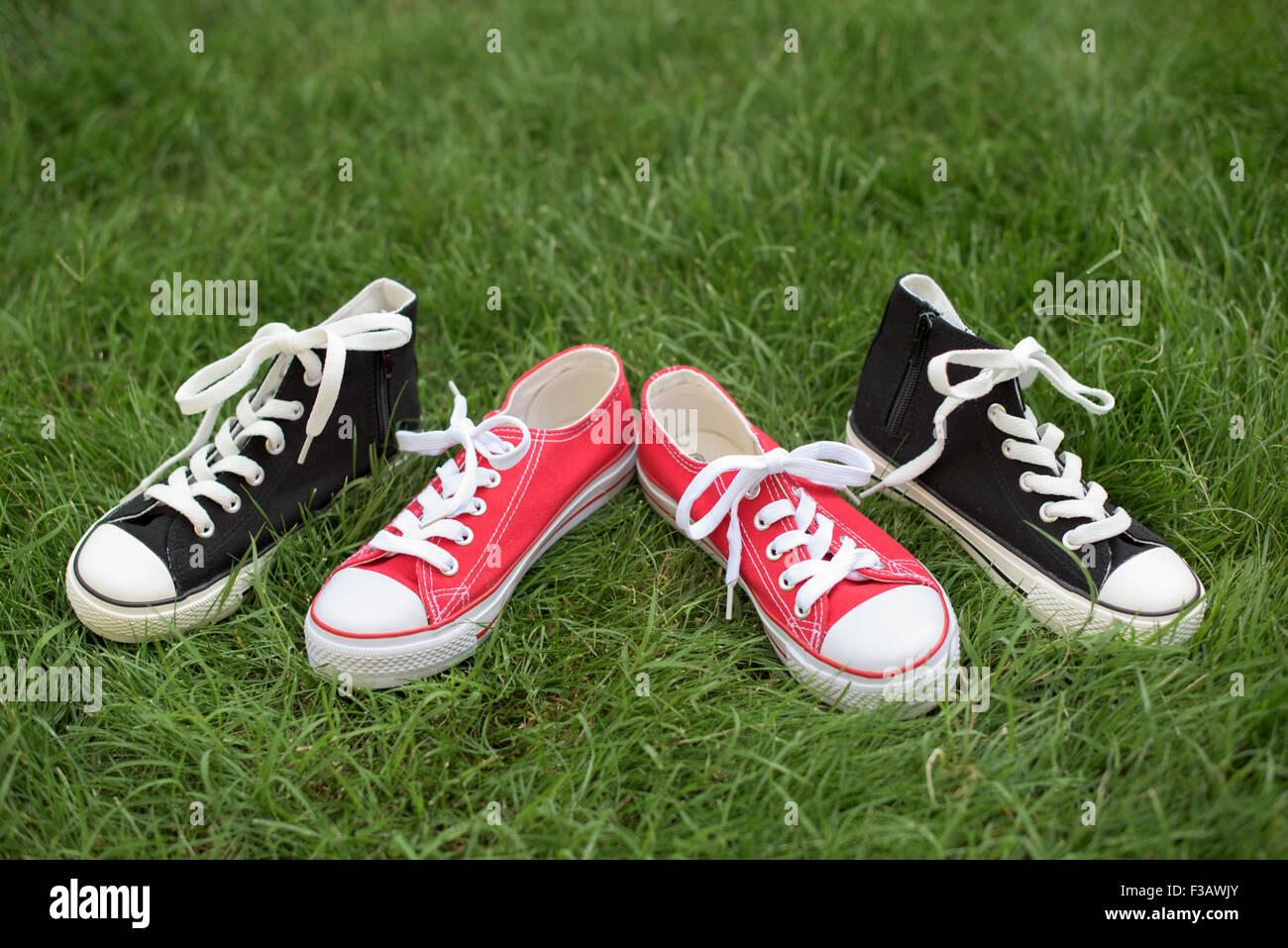 meet 712d5 8b51e Rosso e nero scarpe sportive su un'erba- sneakers Foto ...