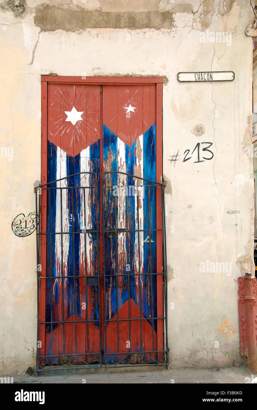 Porta in Avana con bandiera cubana Foto Stock