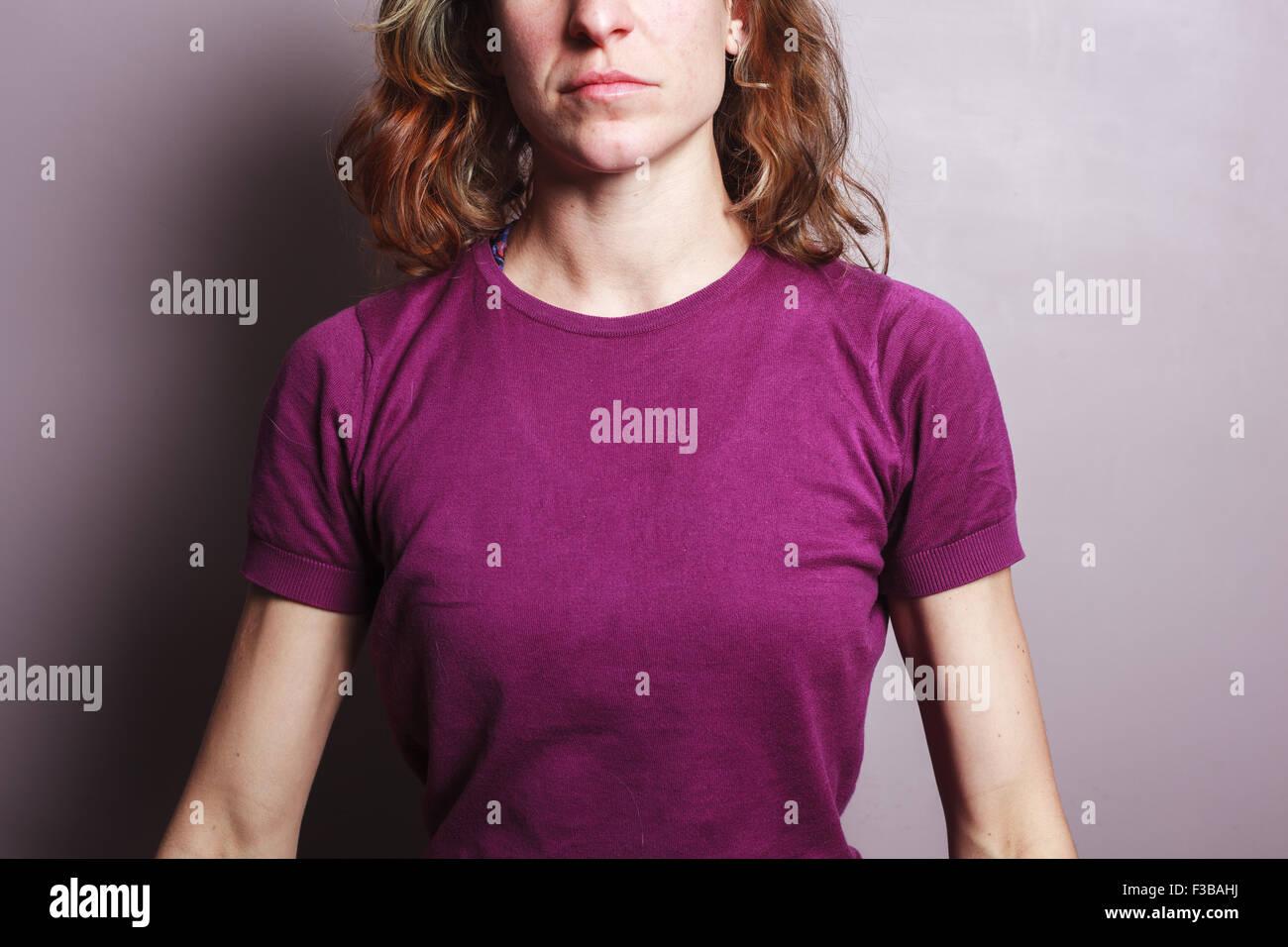 Una giovane donna che indossa un top viola Immagini Stock