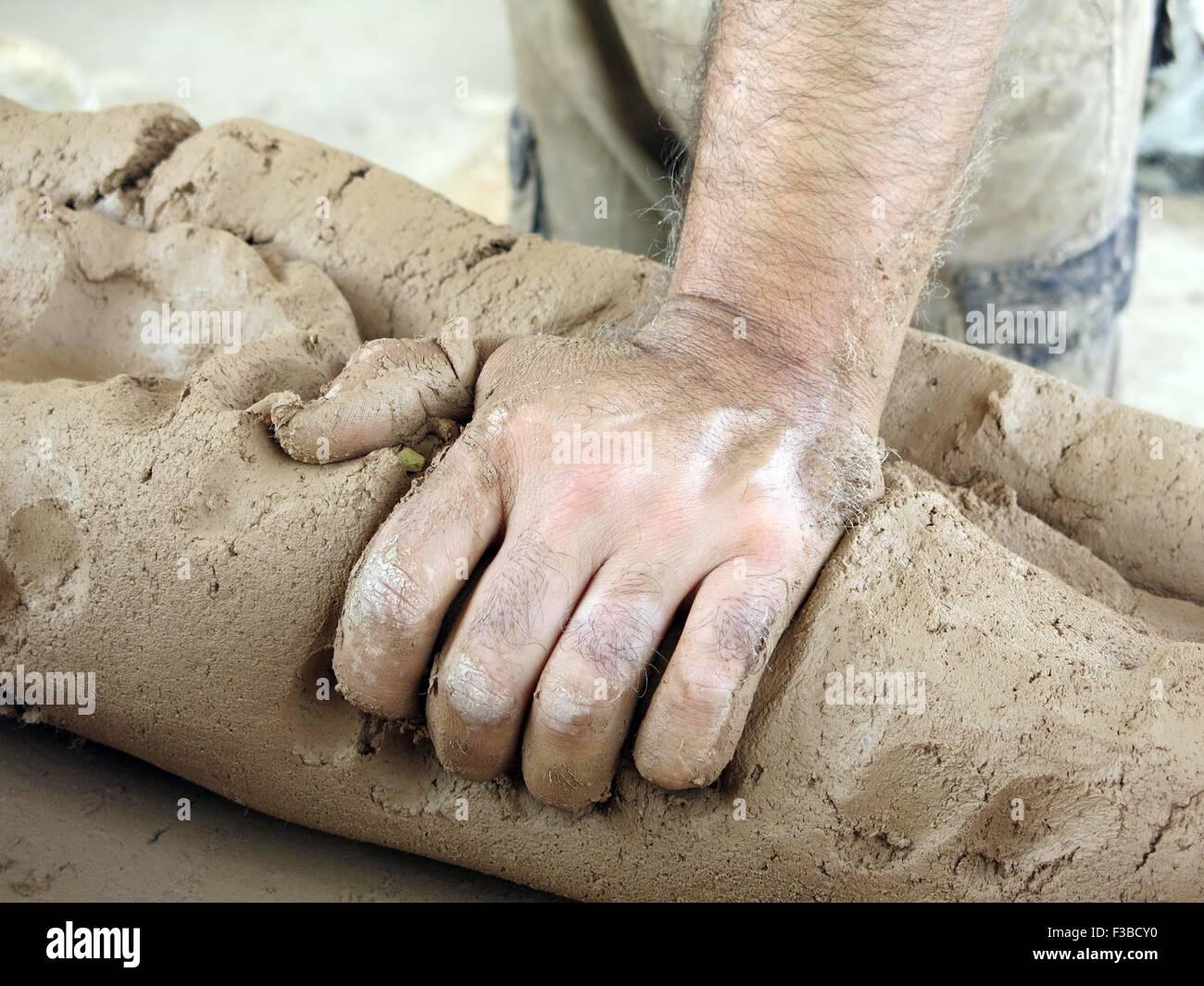 Baghdad in Iraq. 4 Ott 2015. Abu Ibrahim rende vasi in ceramica presso la sua officina in Kadhimiya, Iraq, il 4 Immagini Stock