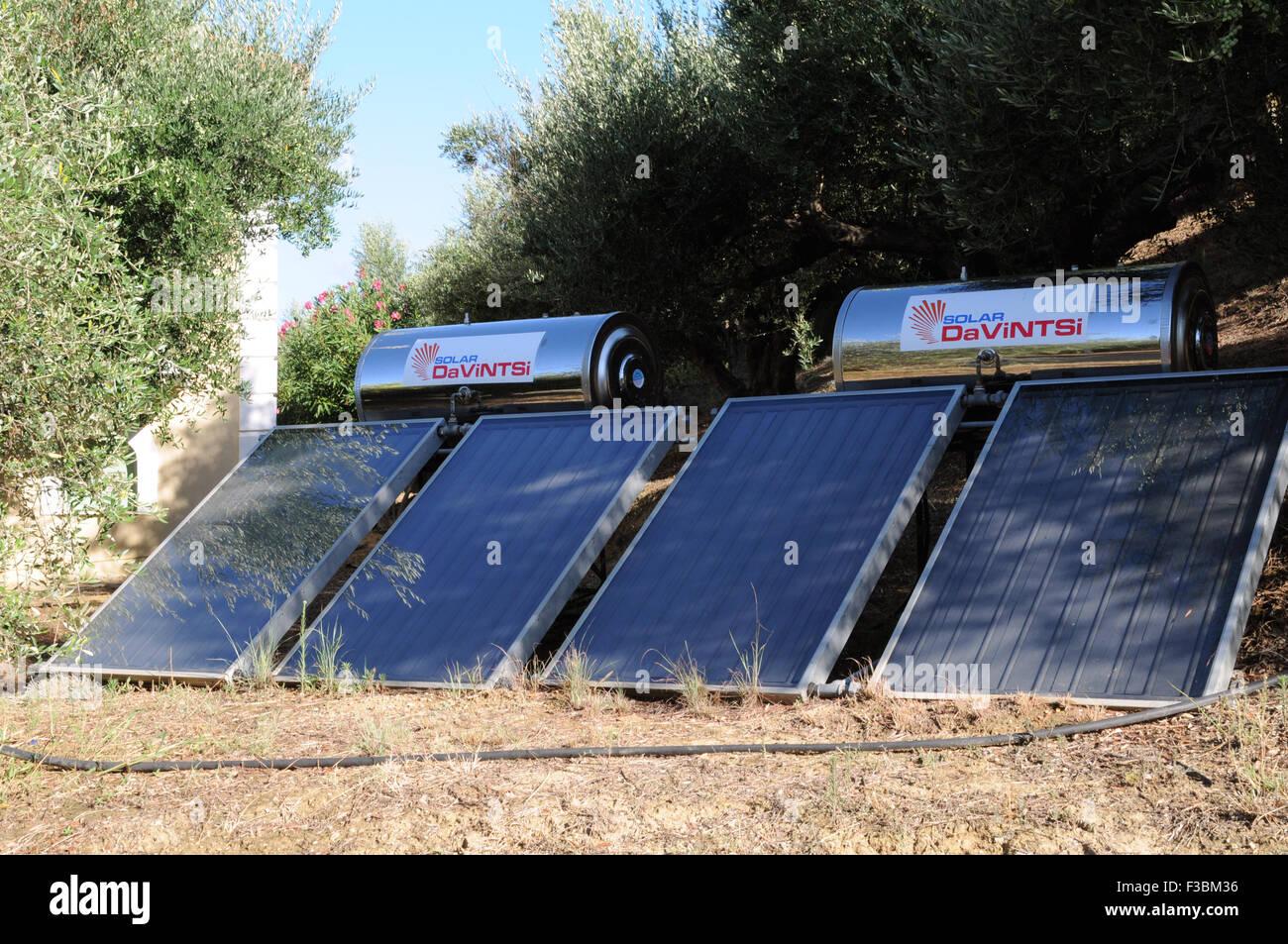 Caloriferi di Acqua Solari sul terreno a fianco di una casa nel piccolo villaggio greco di Giolova nel Peloponneso. Immagini Stock