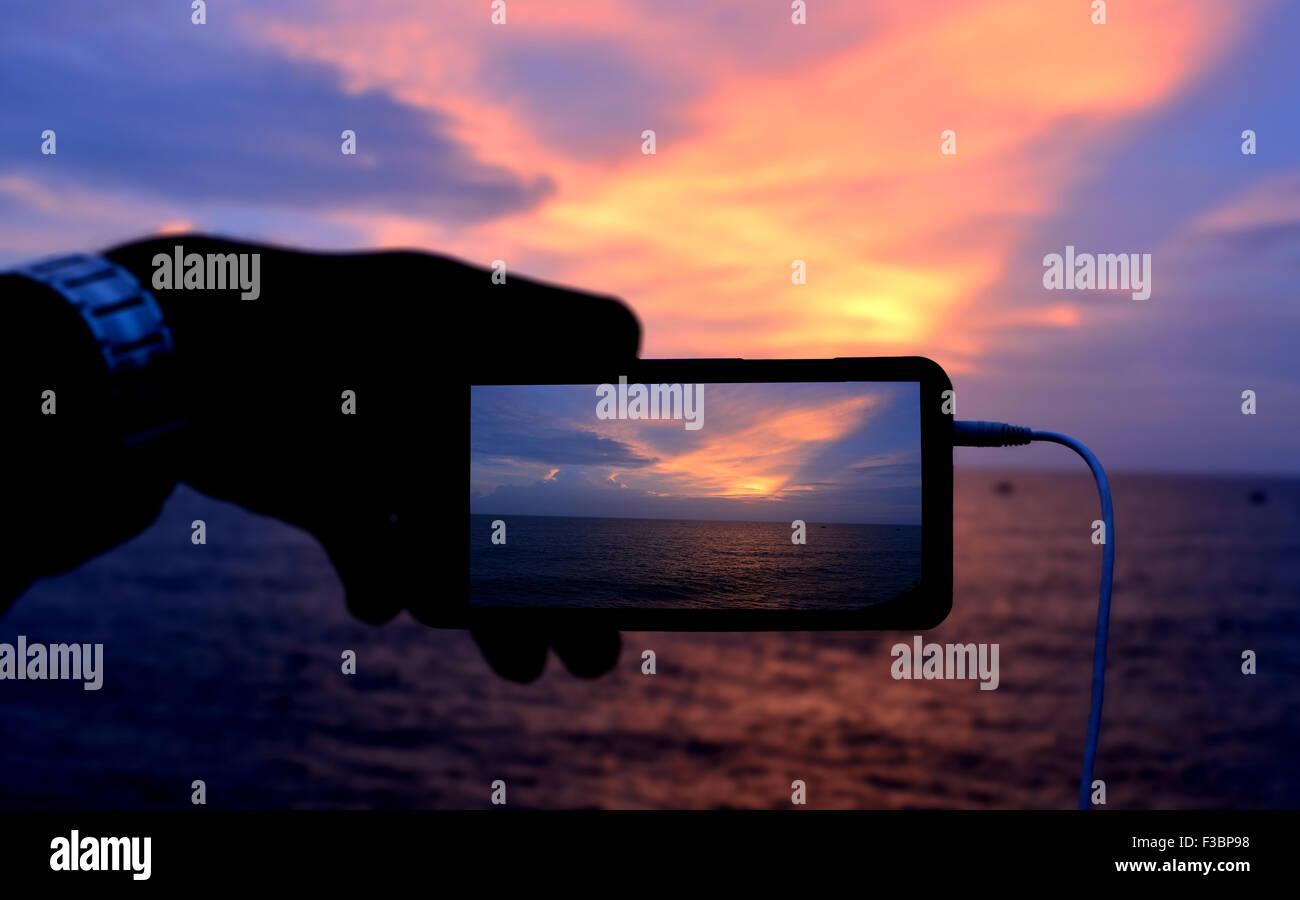 Snap shoot di alba con telefono catturata da una telecamera. Immagini Stock