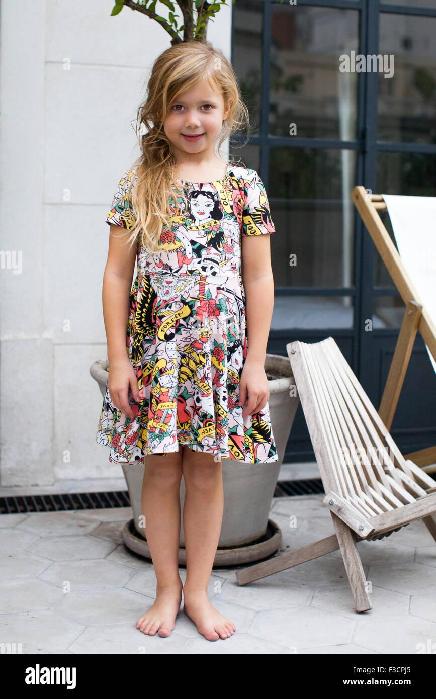 Bambina in piedi all'aperto, ritratto Immagini Stock