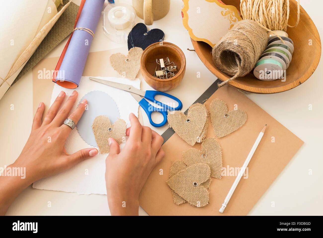 Attrezzature artigianali su tavola Immagini Stock