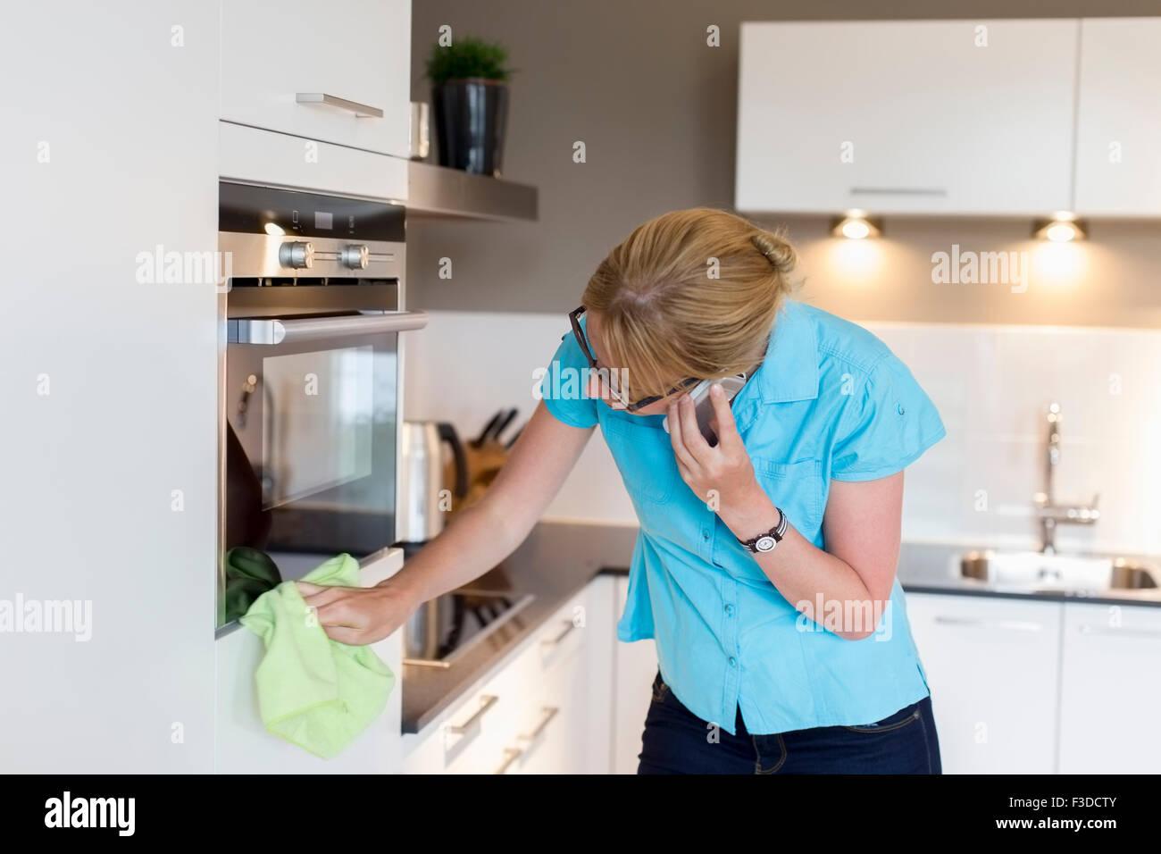 Donna di casa di pulizia Immagini Stock
