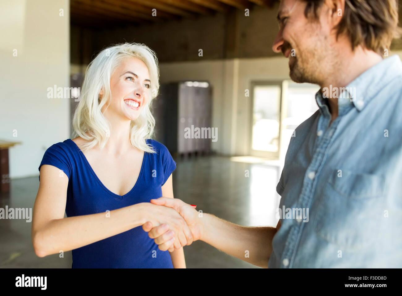 Saluto l'uomo con la donna Immagini Stock