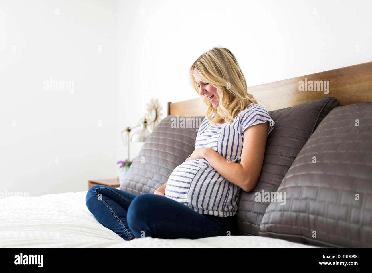Ritratto di donna incinta toccando ventre Immagini Stock