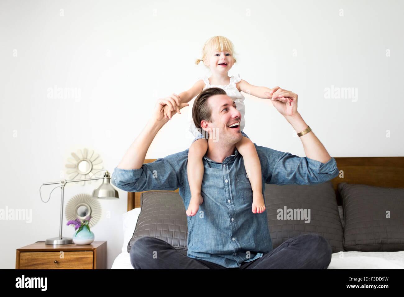 Ritratto di padre figlia portante (2-3) sulle spalle Immagini Stock