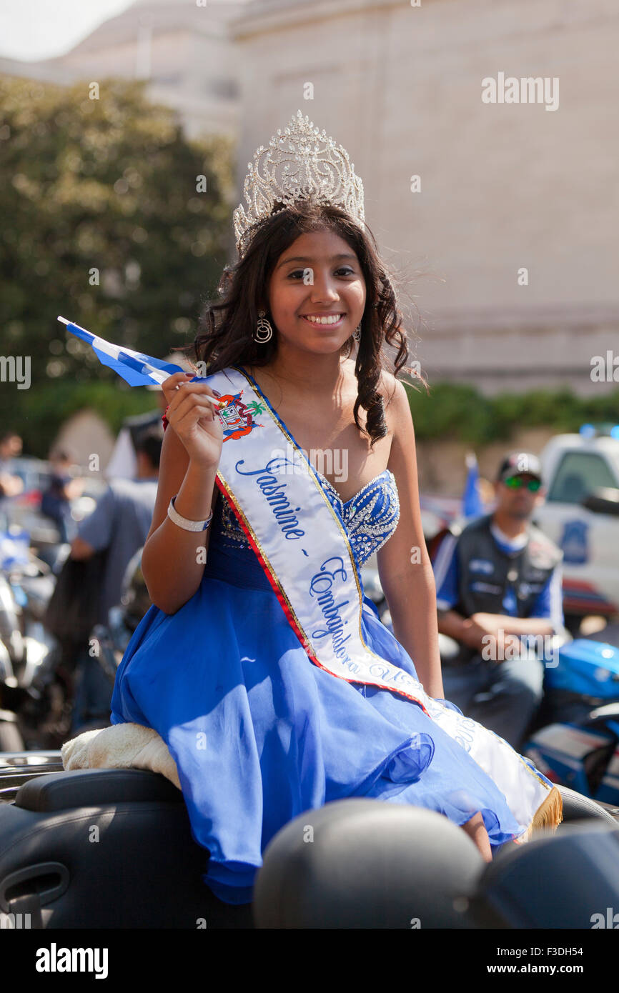 Di Salvadoran teen beauty pageant vincitore al Fiesta DC parade - Washington DC, Stati Uniti d'America Immagini Stock
