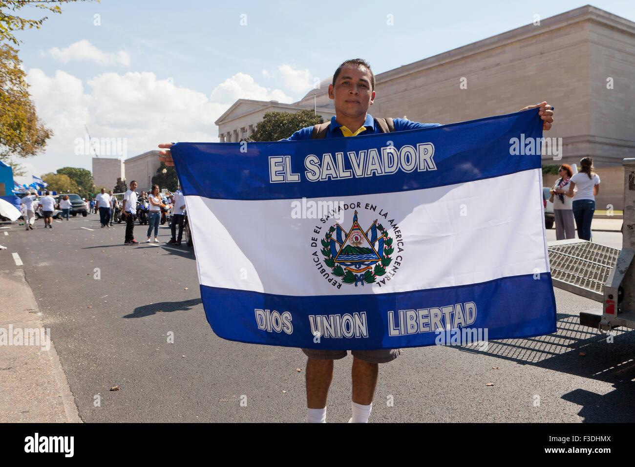 Uomo con bandiera di El Salvador presso Fiesta DC - Washington DC, Stati Uniti d'America Immagini Stock