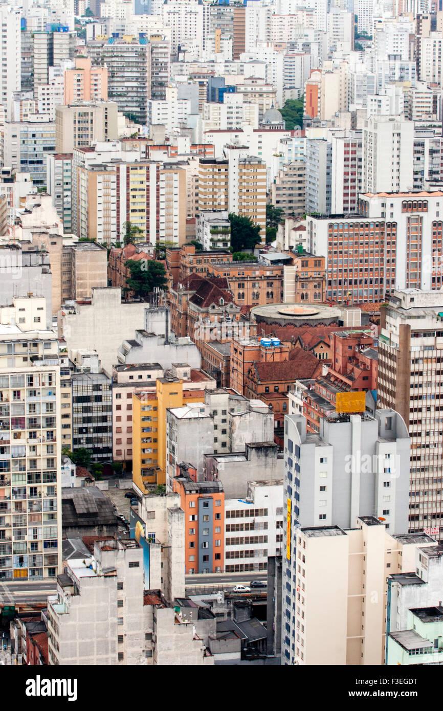 Una vista dei grattacieli di blocchi di appartamenti nel centro di Sao Paulo Immagini Stock