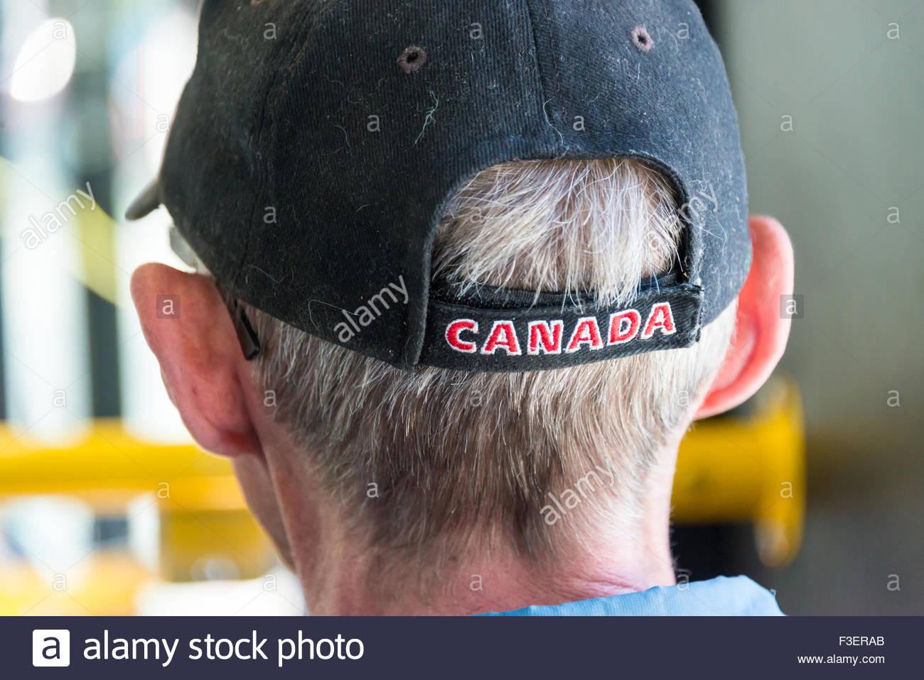 Anziani in Canada: Senior in sella alla TTC in Toronto city indossando un cappello sulla testa con una iscrizione Immagini Stock
